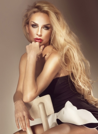9279026 Portrait of beautiful blonde girl with long healthy hair
